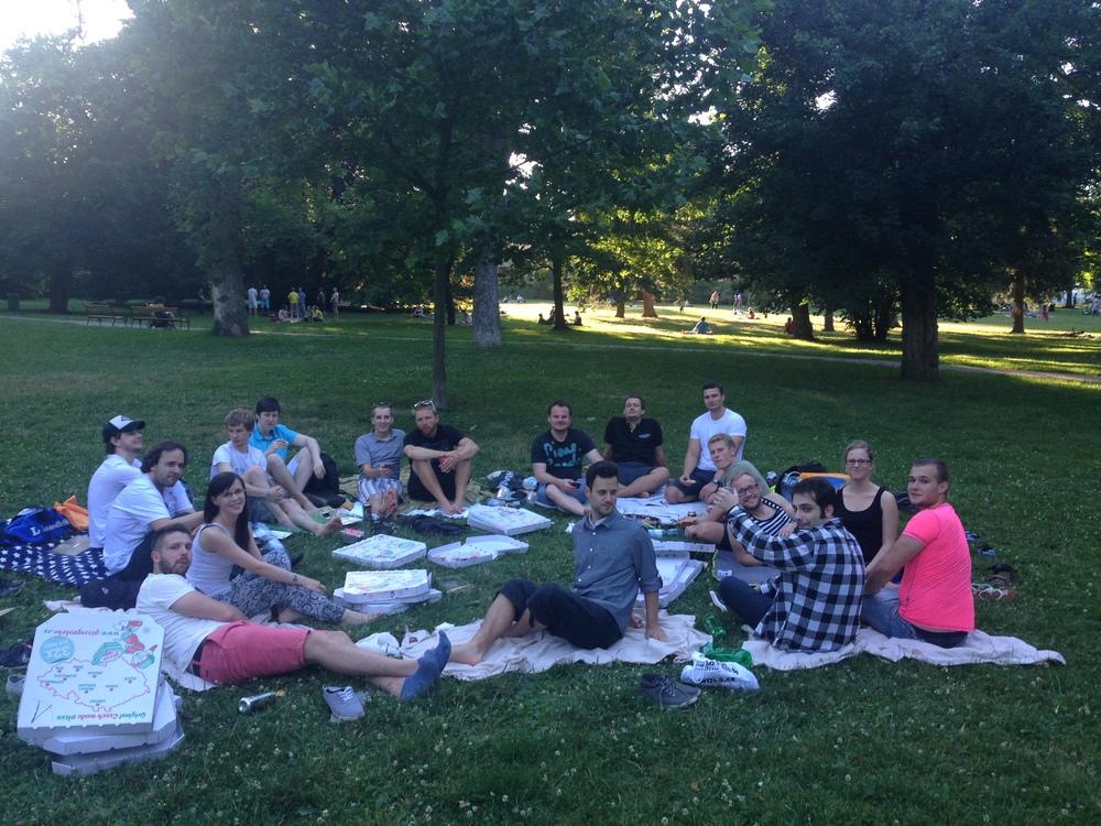 Oslava čtvrtého výročí firmy v Lužáneckém parku (dovoz plného auta s pizzou,sushi s vínem a pivem:)). Je třeba si užívat okamžiků i na netradičních místech.