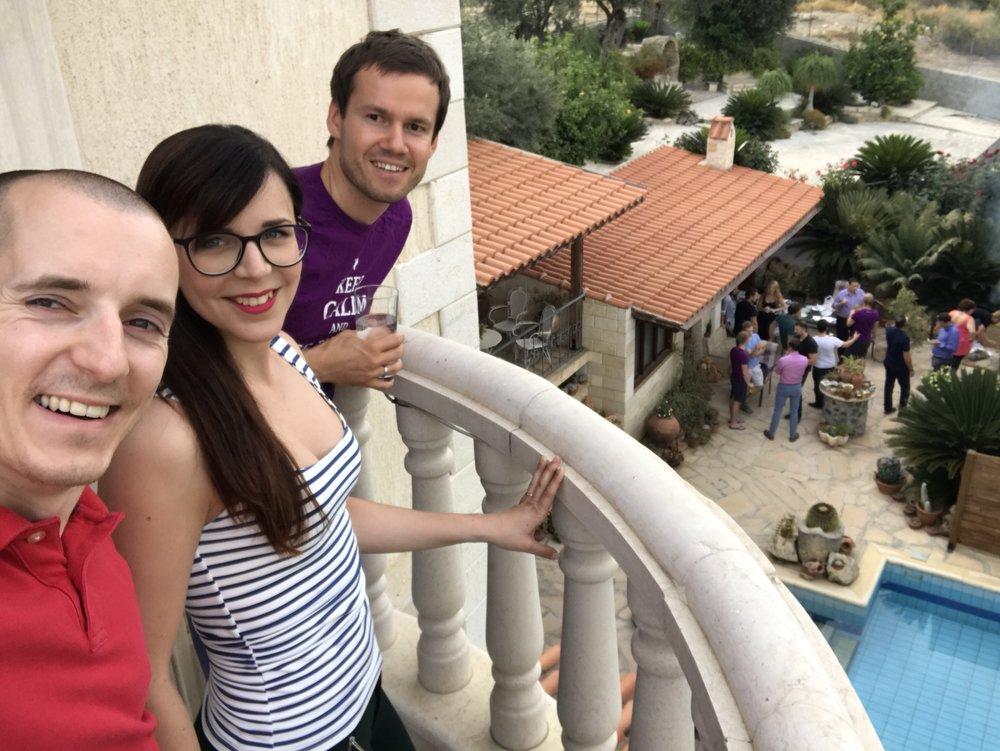 Pojeď s námi navštívit náš kyperský tým a užít si grilovačku u bazénu.