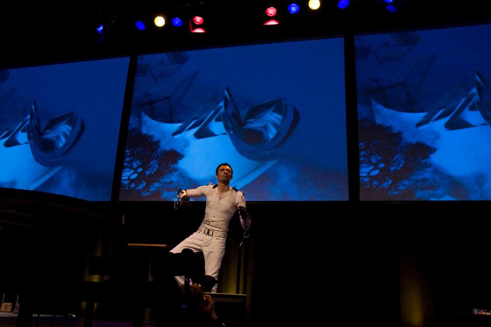 Eboman treedt op bij de launch van Celluloid Remix 1.