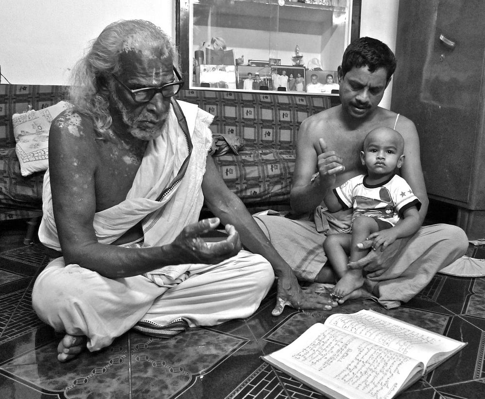 Vadhyar Thiruvenkatanatha Sharma, Balan and son study sāmaveda. Kodunthirappully, Kerala, January 2013