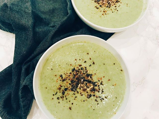 With the hubby and the little all full of sniffles today (I'm convinced it's because I ran out of Chyawanprash a few weeks ago and forgot to buy more), I thought it was the perfect opportunity for a nice, nourishing soup. Peas, broccoli, the holy immune boosting trinity of garlic/onion/ginger, miso and fennel seeds cane together for a soothing, scrumptious dinner soup in under 30 min!