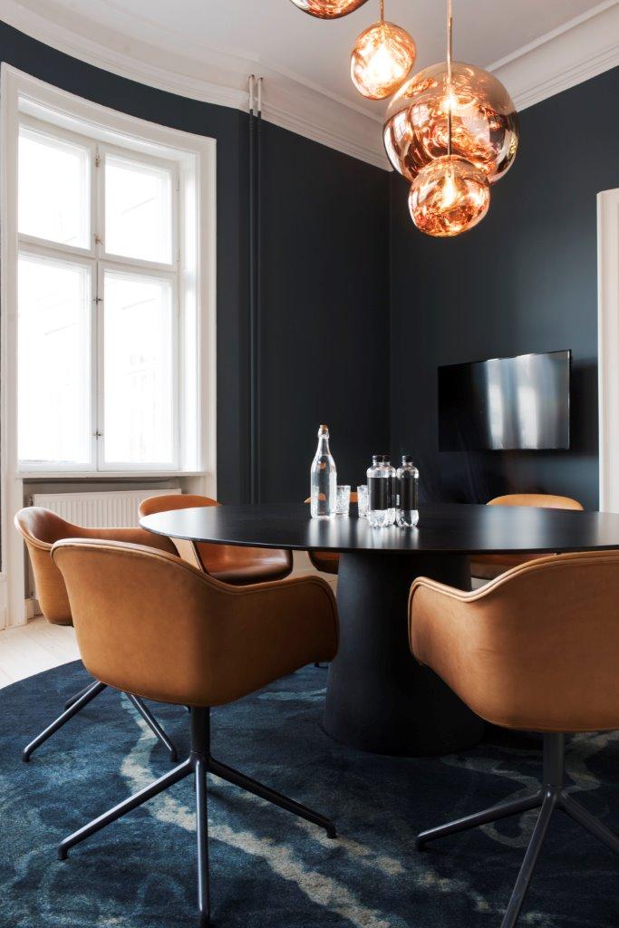 Meeting room - Moooi Table, Muuto chairs, Dixon lamps