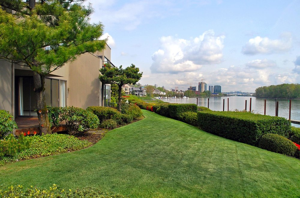 Riverpoint condos are located along the banks of the Willamette river in Johns Landing