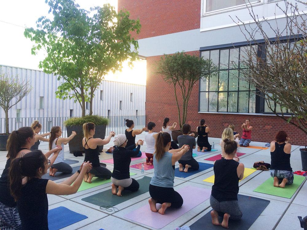 Yoga & Meditition mit Marlene auf der wunderschönen Dachterrasse des schwarzencafé / LUMA Westbau.