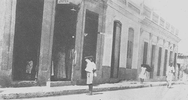 """""""Kenichi [y su esposa] Antonia en la puerta de [su comercio] la Casa Japón, 1924""""."""