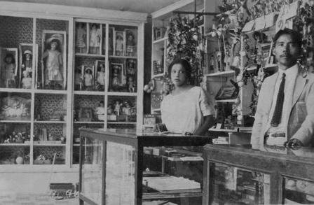 """""""Kenichi y Antonia en el comercio de su propiedad, 1924""""."""