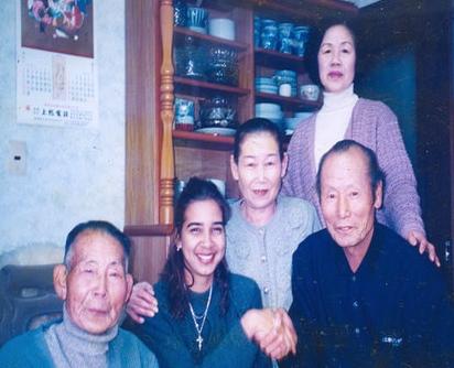 """""""Visita de Karelia bisnieta (yonsei) de Kenichi Fujishiro a los parientes en Otaki, 1998""""."""