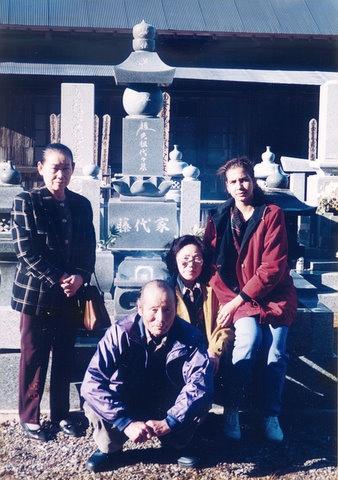 """""""Visita al panteón familiar en cementerio de Otaki, 1998""""."""