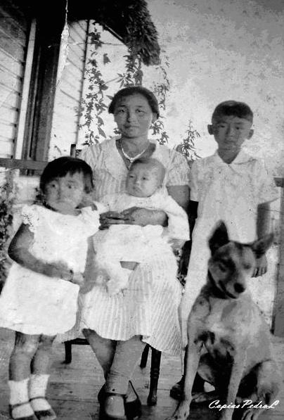 """""""Miyo [Inoue] y sus hijos en la casa del central Preston (antigua provincia de Oriente)""""."""
