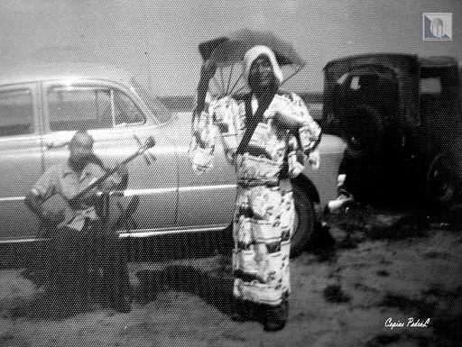 """""""En primer plano, Hino ejecuta un baile tradicional japonés, acompañado por la melodía de un shamisen (finales de la década de 1950). Cayo Largo, Consolación del Sur""""."""