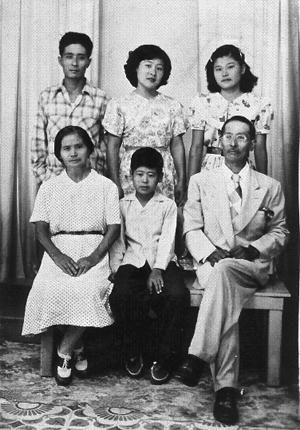 """""""Kamaichi y Kame con sus hijos nacidos en Cuba, 1953. De izquierda a derecha: Manuel Miyuki, María  Mitsuye, Benita Eiko y Julio Shigeru al centro""""."""