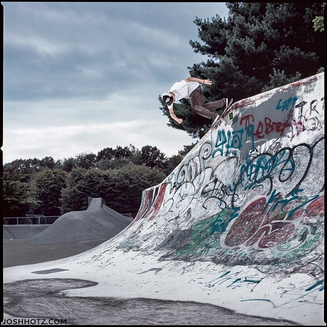 @_samlind Back Lips Up the Elevator in Groton, CT. From the days #onturr Check out his part in the @totw #aspectratio video by @_jbrls on www.topoftheworld.com @vanscanada @supradist @factionsales @stancesocks #mystks as seen in @sbcskateboard 14.4
