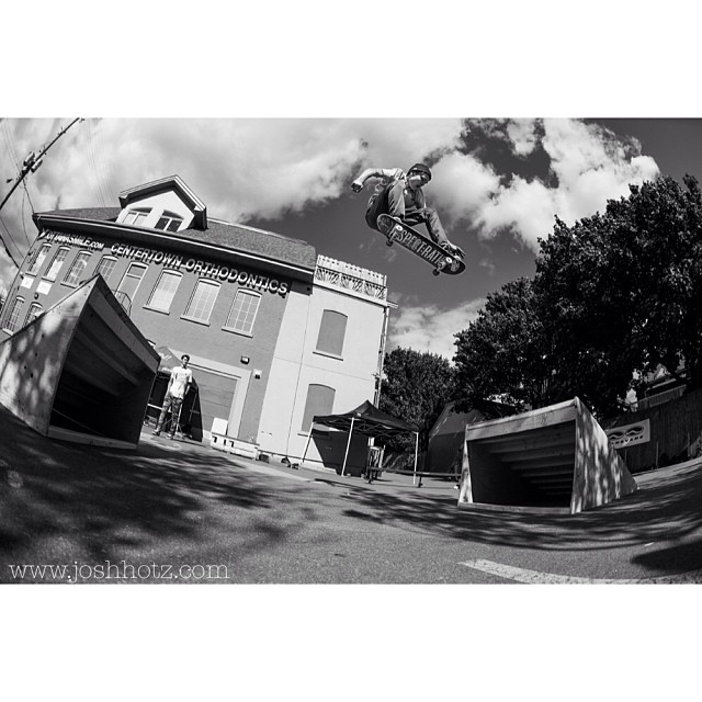 @_samlind blasts over parking spots #throwback #summer @antiqueskate #rampjam @totw #aspectratio #mystks
