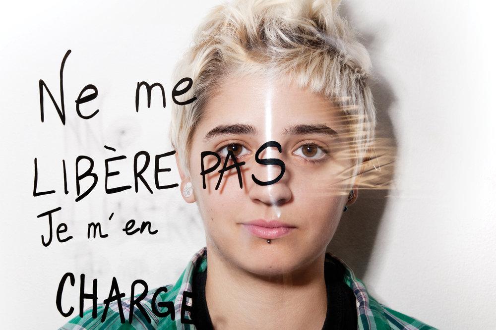 """Liza Vulvizarre, musicienne et artiste militante. """"Ne me libère pas je m'en charge"""", slogane mai 1968.© PORTRAIT-PAROLE 2017."""