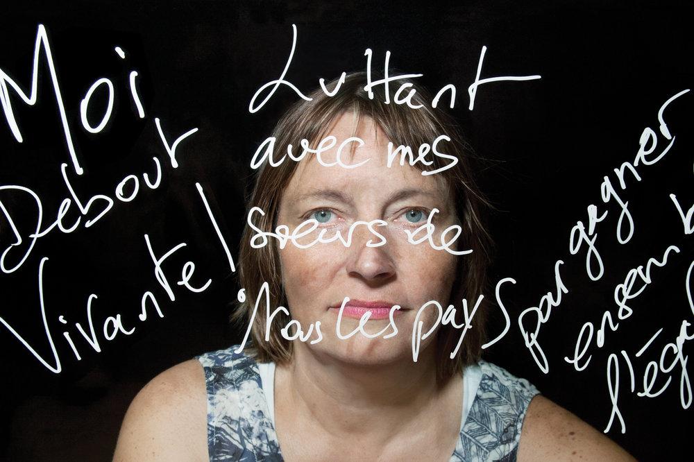 """Pascale Martin, militante féministe, sociologue. """"Moi debout, vivante ! Luttant avec mes soeurs de tous les pays pour gagner ensemble l'égalité"""", Slogan de Pascale Martin. © PORTRAIT-PAROLE 2016."""
