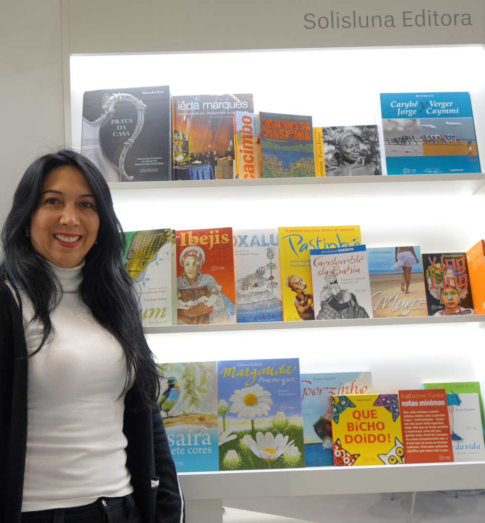 A autora Débora Knittel no estande da Solisluna Editora na Feira do Livro de Frankfurt.