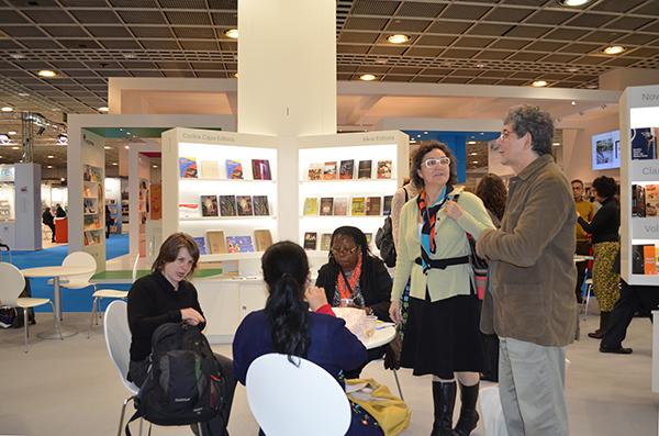 Katherine Funke e parte da equipe da Solisluna Editora no pavilhão do Brasil, na Feira do Livro de Frankfurt.
