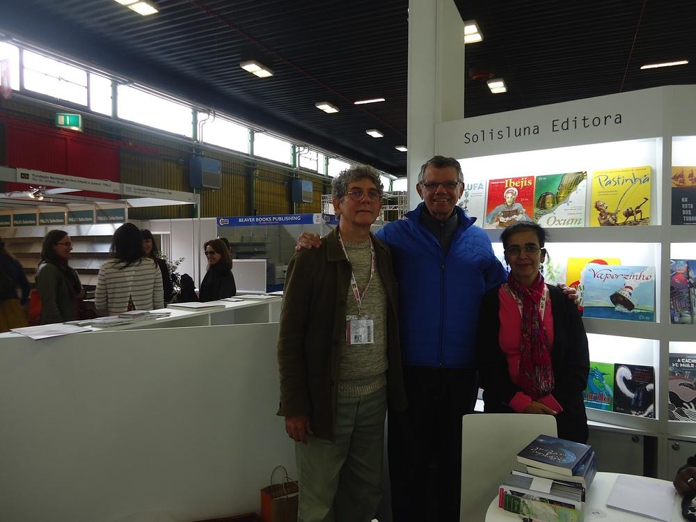 Paulo Tolentino entre os editores Eneas Guerra e Valéria Pergentino, no espaço da Solisluna Editora.