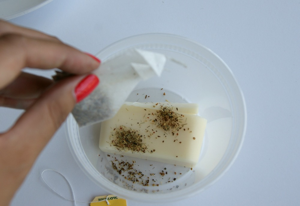 Easy DIY hand soap made with lemon tea via www.acharmingproject.com