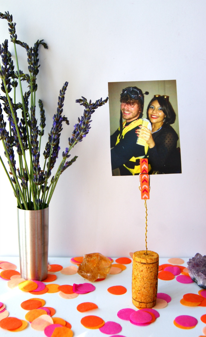 make your own photo clips using wine corks via www.acharmingproject.com