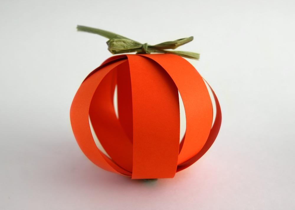 paper pumpkin garland by www.acharmingproject.com