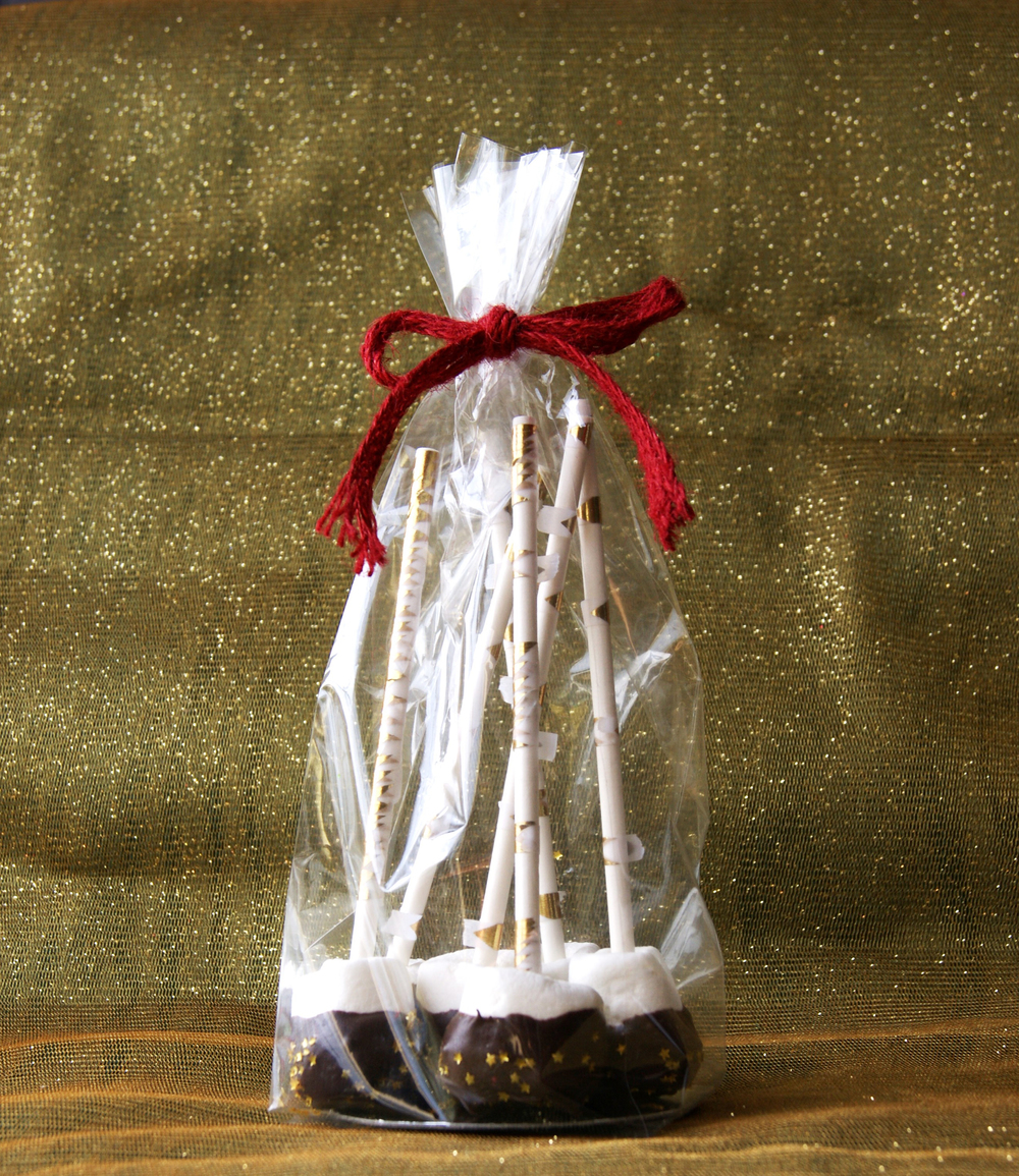 A Last Minute DIY Holiday Gift: Marshmallow Chocolate Pops via www.acharmingproject.com