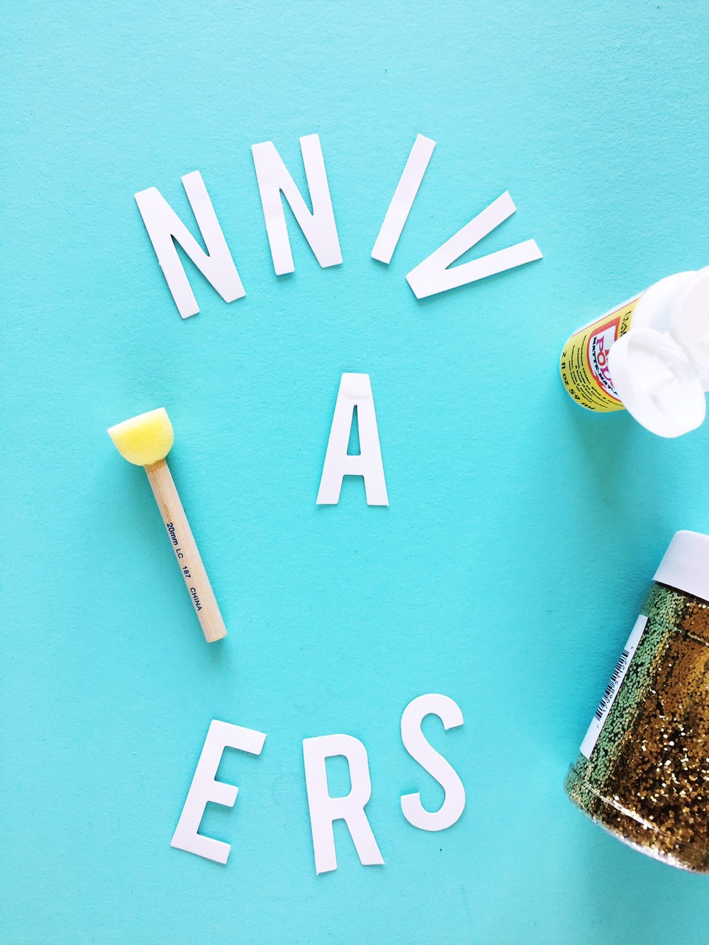 DIY Glitter Celebration Sign - Modge Podge it!