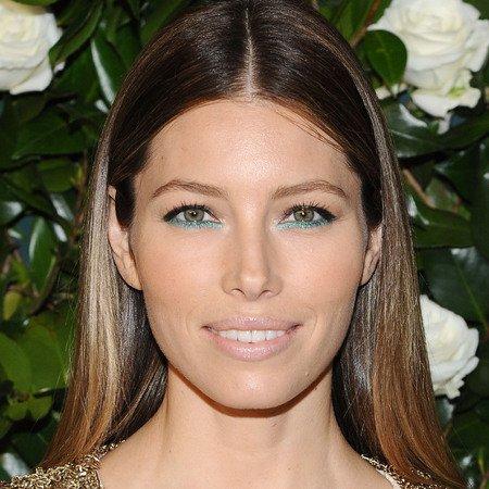 jessica-alba-blue-green-eye-makeup-glitter-eyeliner-christmas-makeup-trend_2.jpg