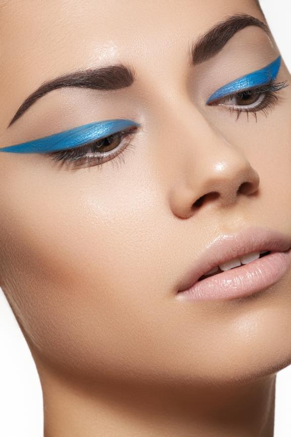 khloe-kardashian-blue-eyeliner-trend-113012-8.jpg