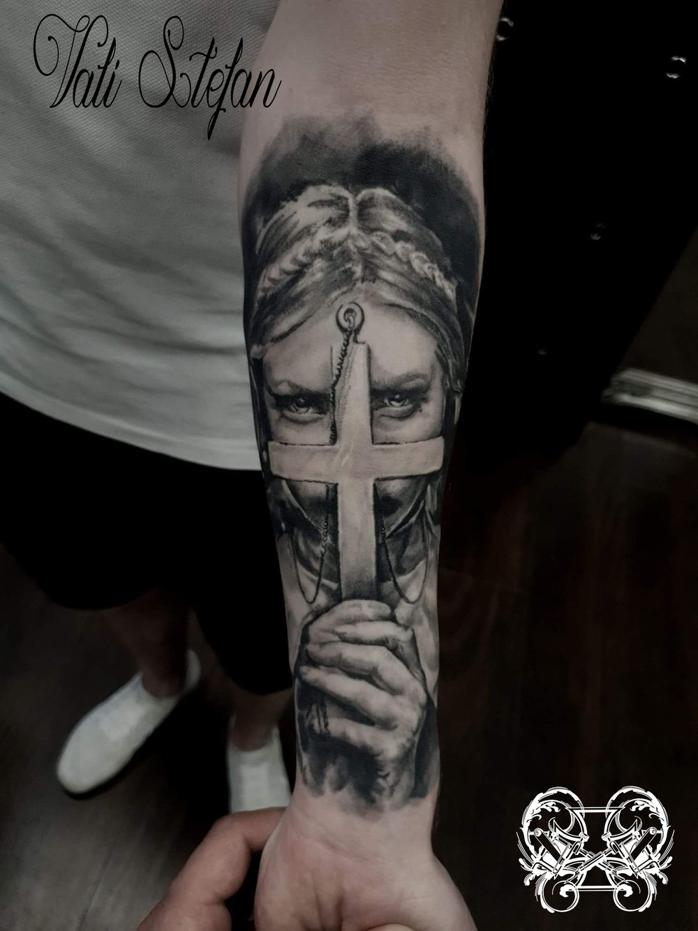 Vali woman crucifix.jpg