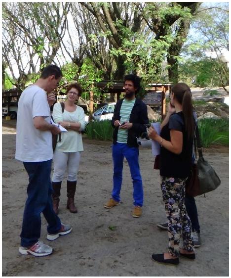 Talking with Eng. Irineu (photo: Lara Barbosa)