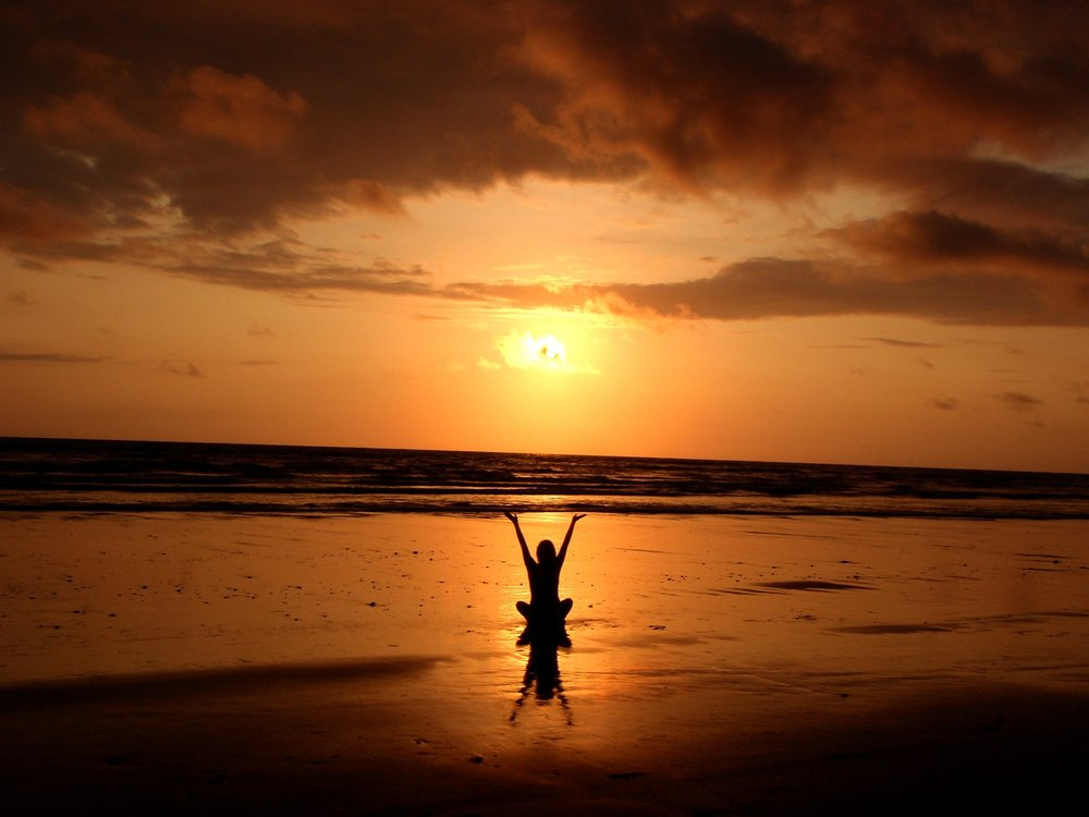 You too, can be well if you manage to meditate on the beach with your arms up in the air.
