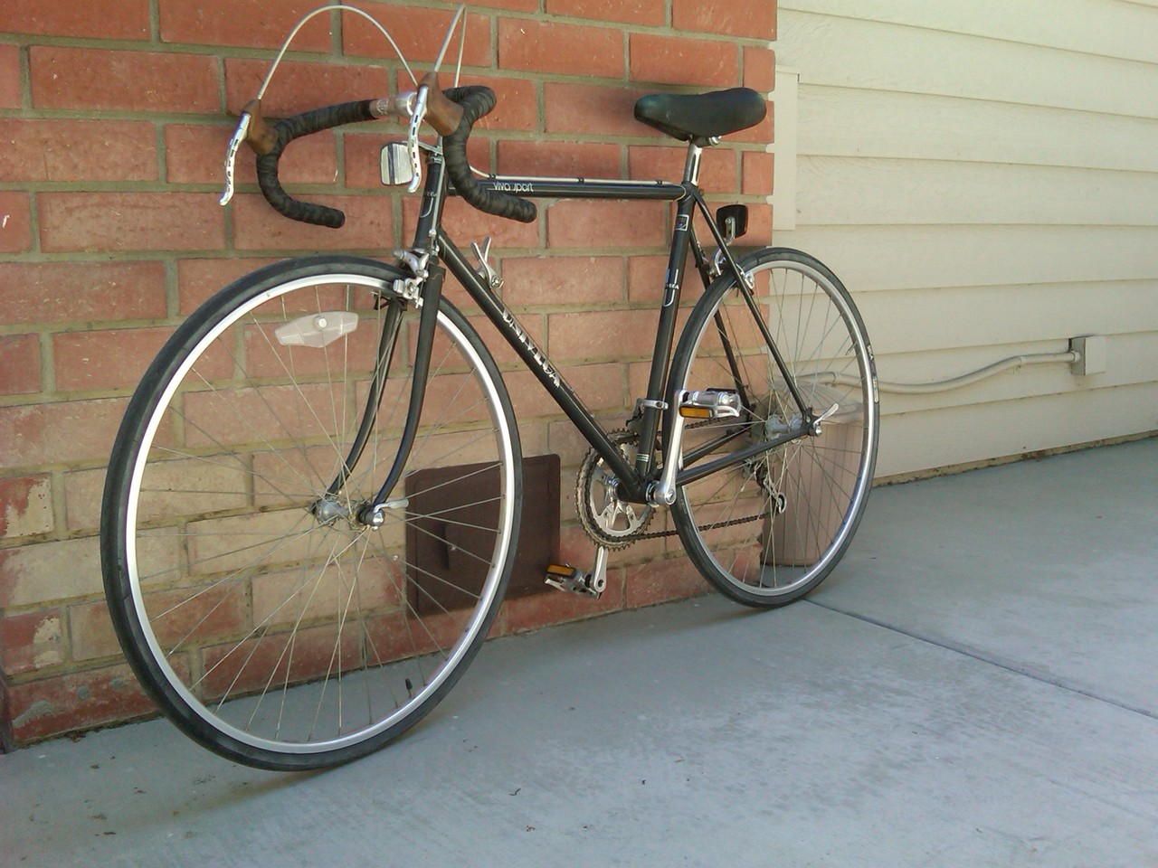 An old univega my dad had in our garage. I'm going to buy a new saddle soon because I'm afraid the one right now is a little bit too uncomfortable. Taking this to the beach tomorrow!