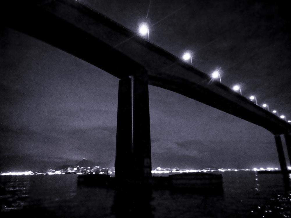 Por baixo da ponte Rio-Niterói