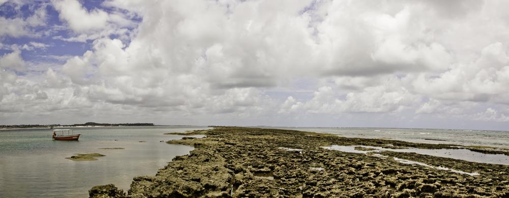 Barco e recife em Carneiros