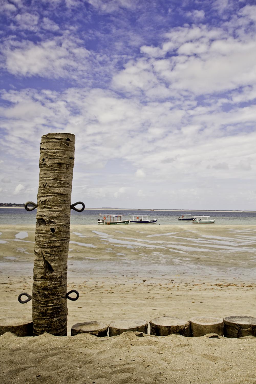 Cerca e barcos na maré baixa