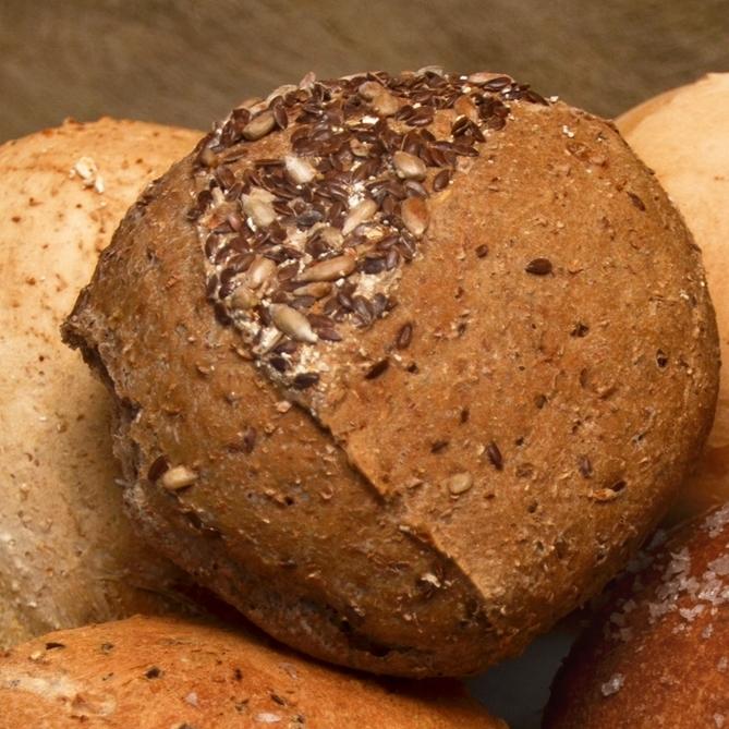 LENAS    Vårt groveste rundstykke og et veldig populært rundstykke.     Sammalt hvete, rug, linfrø, solsikkefrø, hvetemel, malt, vann, opus, salt.     Helt rundstykke   15,-      Påsmurt halvt rundstykke 25,- (ta med 23,-)      Inneholder: hvete, rug, bygg