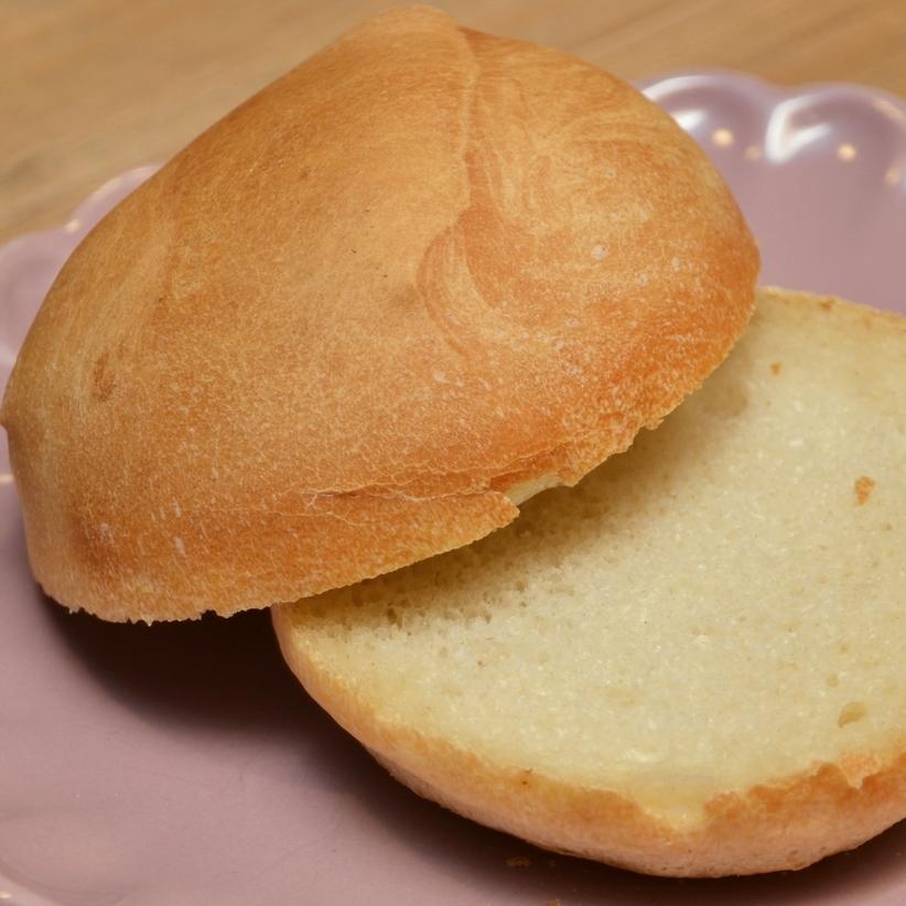 FINT    Det fine rundstykket, uten noe som helst innslag av nøtter og grove korn.     Hvetemel, salt, gjær, vann.     Helt rundstykke   15,-      Påsmurt halvt rundstykke 25,- (ta med 23,-)      Inneholder: hvete, bygg