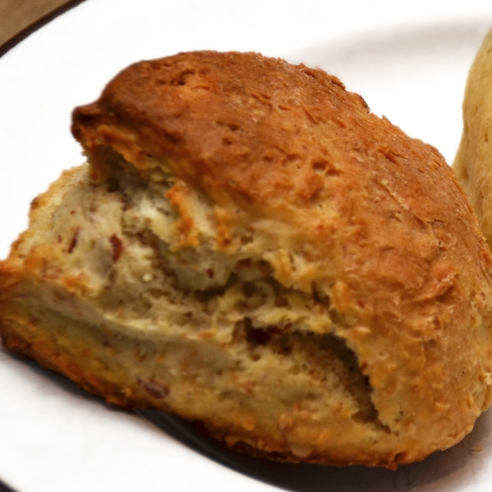SCONES m/ MANDEL    Sukker, hvetemel, sammalt hvete, smør, bakepulver, kulturmelk, opus,sitron, appelsin, mandler.     35,- (ta med 32,-)      Inneholder: hvete, melk, mandel