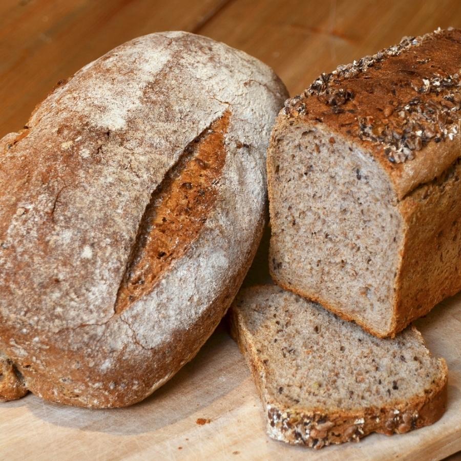 LENAS BRØD Vår bestselger - et herlig grovbrød. Sammalt hvete, rug, linfrø, solsikkefrø, hvetemel, malt, vann, opus, salt, gjær. Formstekt 49,- Rundstekt 59,- Inneholder: hvete, rug, bygg