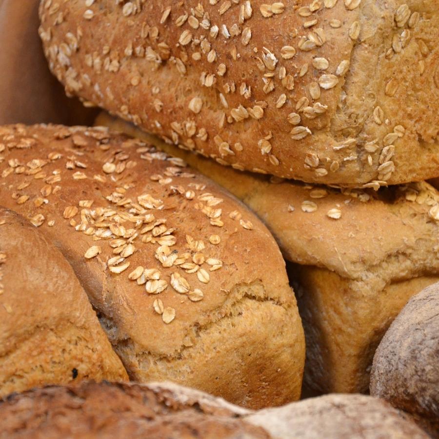 HAVREBRØD En litt mindre grov variant, men like sunt. Havremel, hvetemel, sammalt hvete, havrekorn, vann, salt, gjær. 49,- Inneholder: hvete, havre, bygg