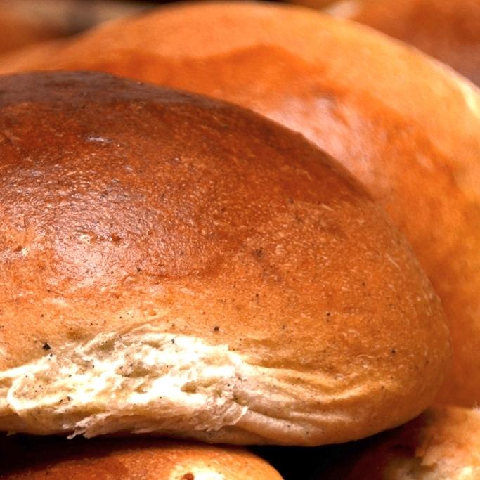 HVETEBOLLE uten rosiner Sukker, salt, vann, egg, kardemomme, melk, gjær, hvetemel, smør, opus. 23,- (ta med 21,-) Inneholder: hvete, bygg