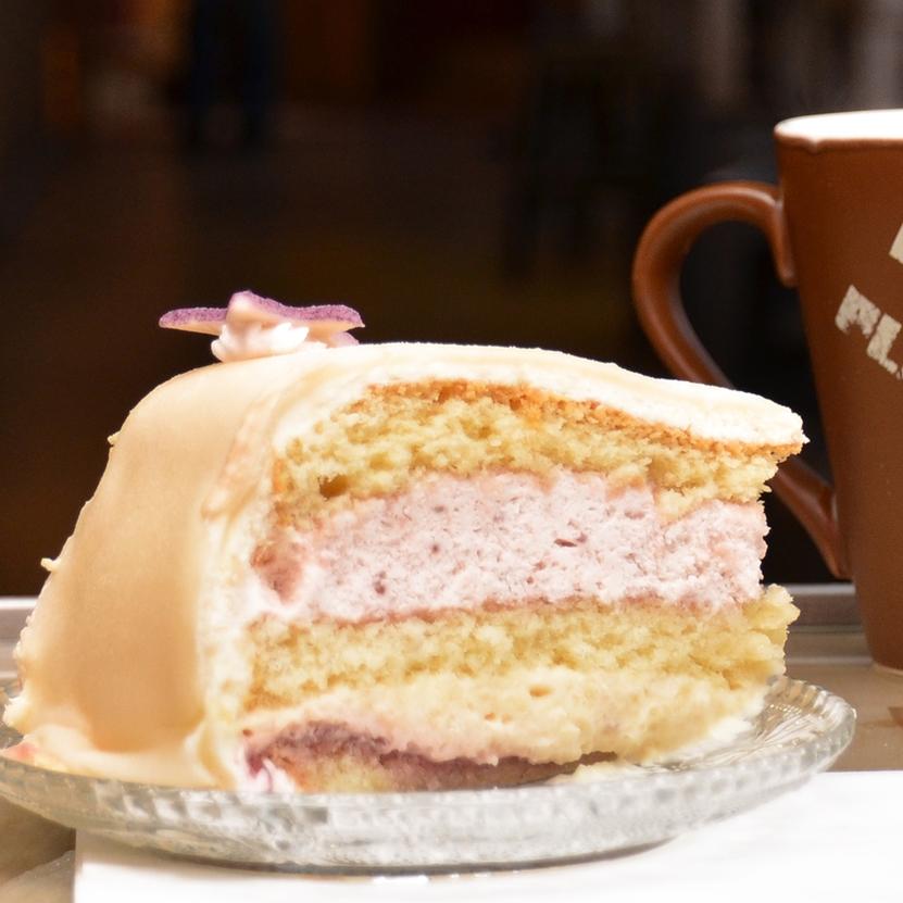 MARSIPANKAKE Valgfritt fyll: bringebær, jordbær eller aprikos -syltetøy. sjokoladebiter eller valnøtter. Kaken kan også fås uten marsipan. Inneholder: egg, hvete, melk, mandler Kakestykke: 65,- (ta med 59,-) Hel kake: 8 pers 290,- 16 pers 590,- 25 pers 930,- 30 pers og større fra 1100,-