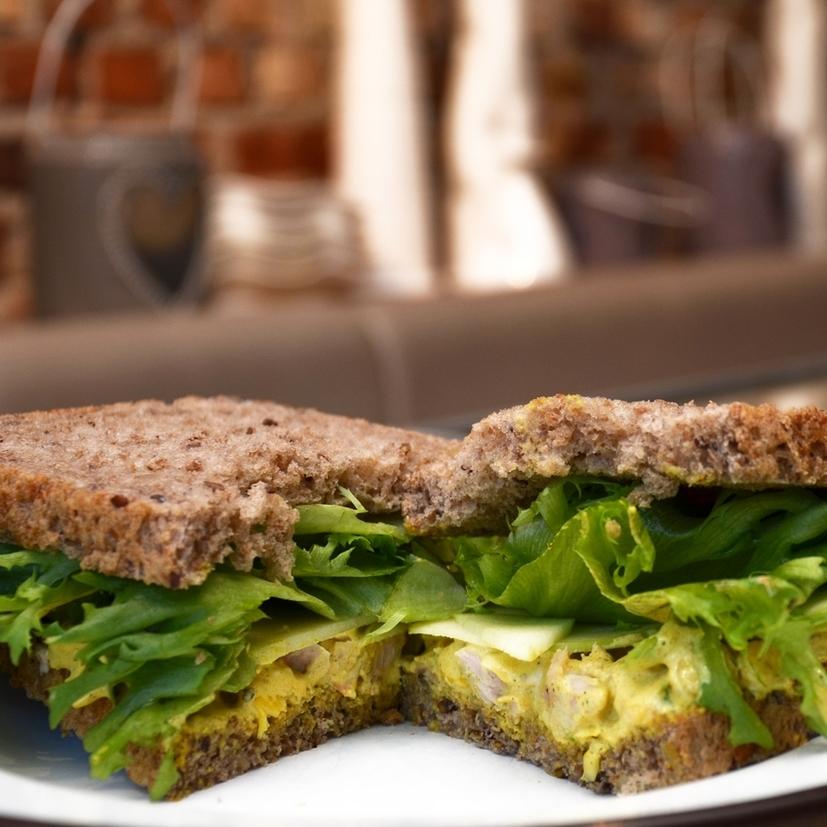 KARRIKYLLING SANDWICH    Lenas brød, karrikylling (kylling, mais, majones, rømme, salt, sitronpepper, karri), salat, eple.     95,- (ta med 87,-)     1/2 sandwich 65,- (ta med 59,-)