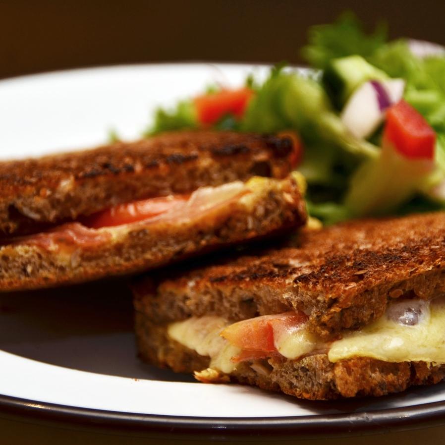 OST/ SPEKESKINKE (VARM) Lenas brød, sennep, smør, spekeskinke, mozzarella, tomat.Serveres med en liten salat. 109,- Inneholder: sennep, melk, rug, hvete, bygg