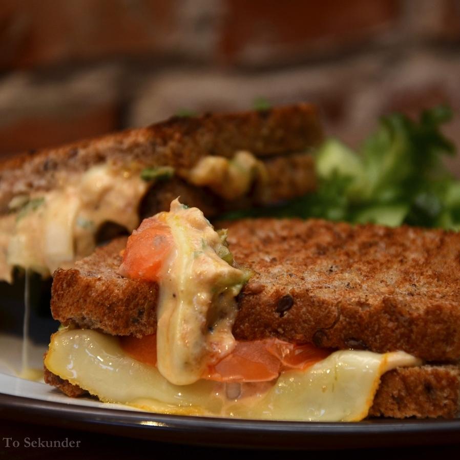 TUNAMELT (VARM)    Lenas brød, tunfisk, majones, persille, purre, stangselleri, sitronpepper, chilisaus, sennep, smør, ridderost, tomat. Serveres med en liten salat.     109,- (ta med 99,-)