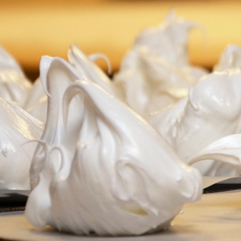 STORT PIKEKYSS    Eggehvite, sukker.     20,- (ta med 18,-)      Inneholder: egg