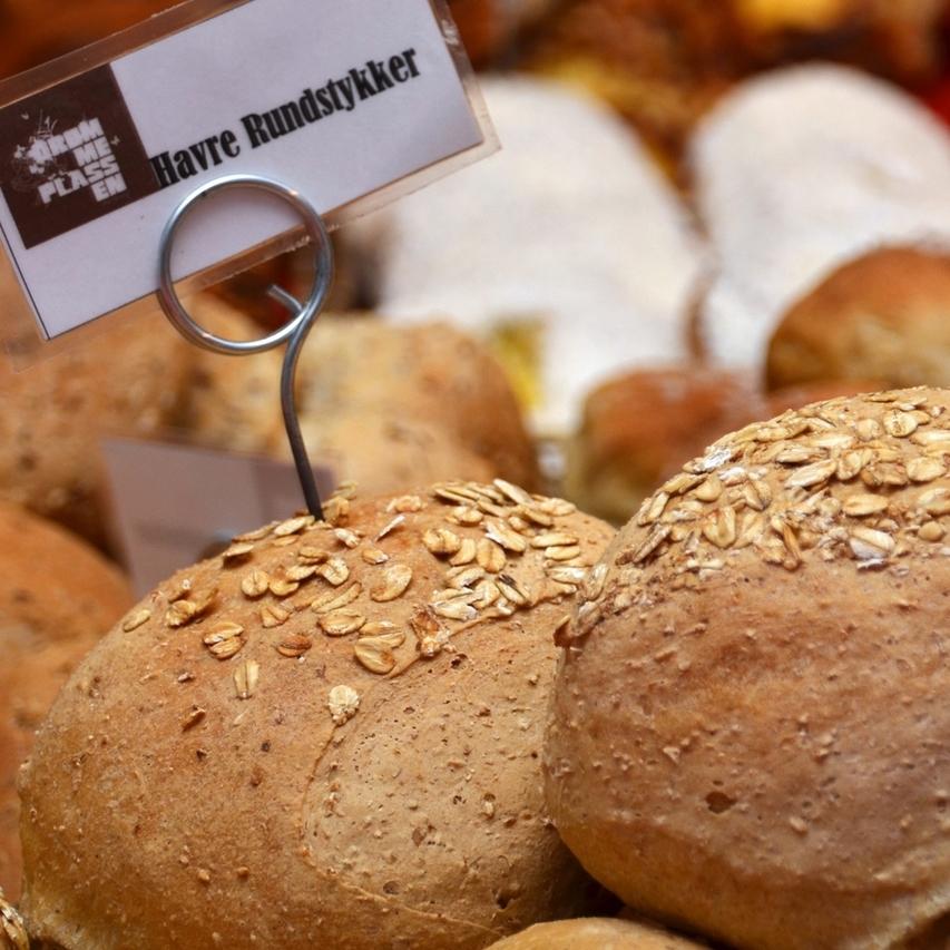 HAVRE    Mindre grov variant enn Lenas, men en stor favoritt.     Havremel, hvetemel, sammalt hvete, havrekorn, vann, salt, gjær.     Helt rundstykke 15,-      Påsmurt halvt rundstykke 25,- (ta med 23,-)      Inneholder: hvete, havre, bygg