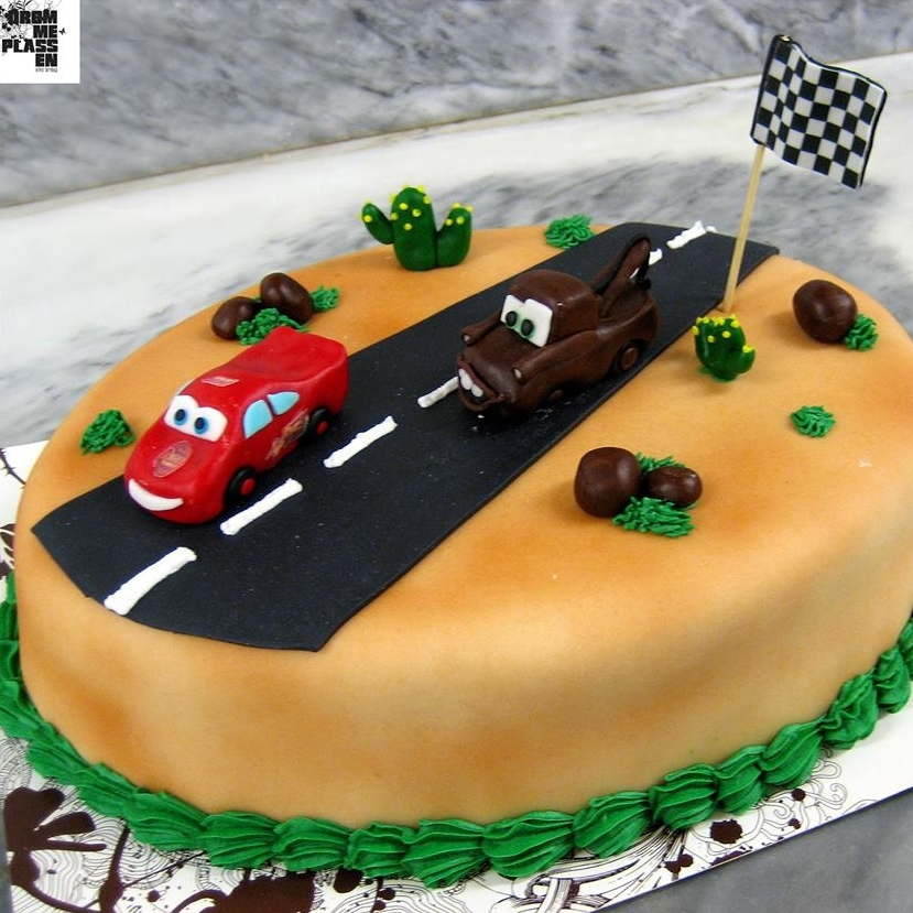 SPESIALKAKER Våre konditorer kan trylle - vi lager din kake akkurat slik du ønsker! Kaken kan formes nærmest akkurat slik du ønsker,den kan pyntes med farger, tekst, figurer, logo og bilder. Marsipanlokk kan legges på både sukkerbunn og sjokoladekake. Marsipanlokk fra 50,- Farget marsipan fra 50,- Bilde på kaken 150,- Spesialkaker bør bestilles en uke i forkant. Spør oss om pris på DIN kake!