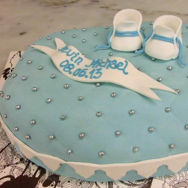 DÅP/ KONFIRMASJON/ BURSDAG Vi lager spesialtilpassede kaker til dåp, konfirmasjon, bursdag og mer. Kaken kan pyntes med farger, tekst, figurer, logo og bilder. Marsipanlokk kan legges på både sukkerbunn og sjokoladekake. Kom innom eller ring oss for en prat om DIN drømmekake!